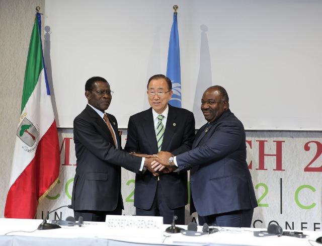 Obinag Nguéma, Ban Ki-Moon et Ali Bongo juste après la siganture de l'accord mardi 15 novembre à Marrakech au Maroc @ DCP