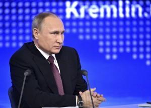 Vladimir Poutine répond aux questions de plus de 1 430 journalistes russes et étrangers, un nombre record. La tradition de tenir une grande conférence de presse annuelle du chef d'État russe se poursuit depuis 2001.