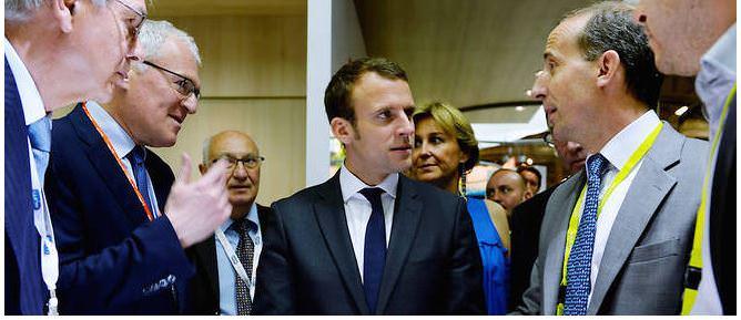 Emmanuel-Macron-entouré-de-Philippe-Knoche-Areva-Philippe-Varin-Jean-Bernard-Lévy-au-Salon-du-Bourget-le-28-septembre-2016